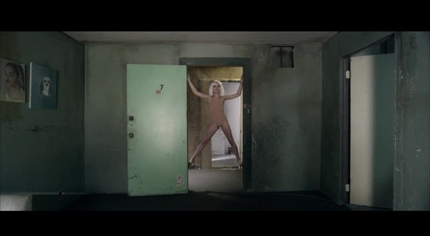 sia-chandelier-screenshot