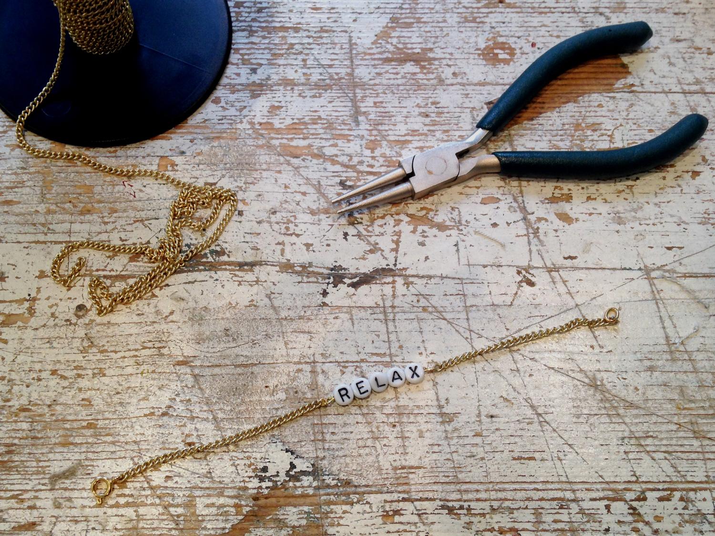 buchstaben armband selbstgemacht julie fahrenheit. Black Bedroom Furniture Sets. Home Design Ideas