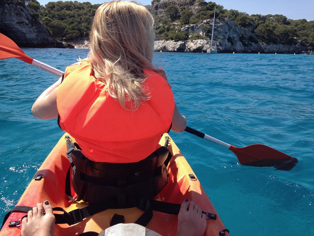 Kajak in der Cala Macarella, Menorca