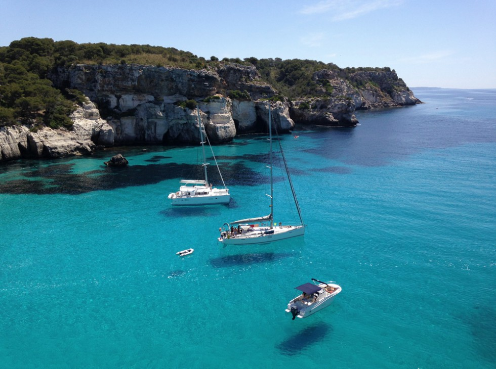 Schwebende Boote in der Cala Macarella, Menorca